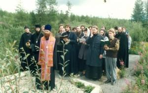 Панихида на Бутугычаге. Епископ Ростислав (Девятов) с духовенством и верующими епархии. 90-е годы 20 века.